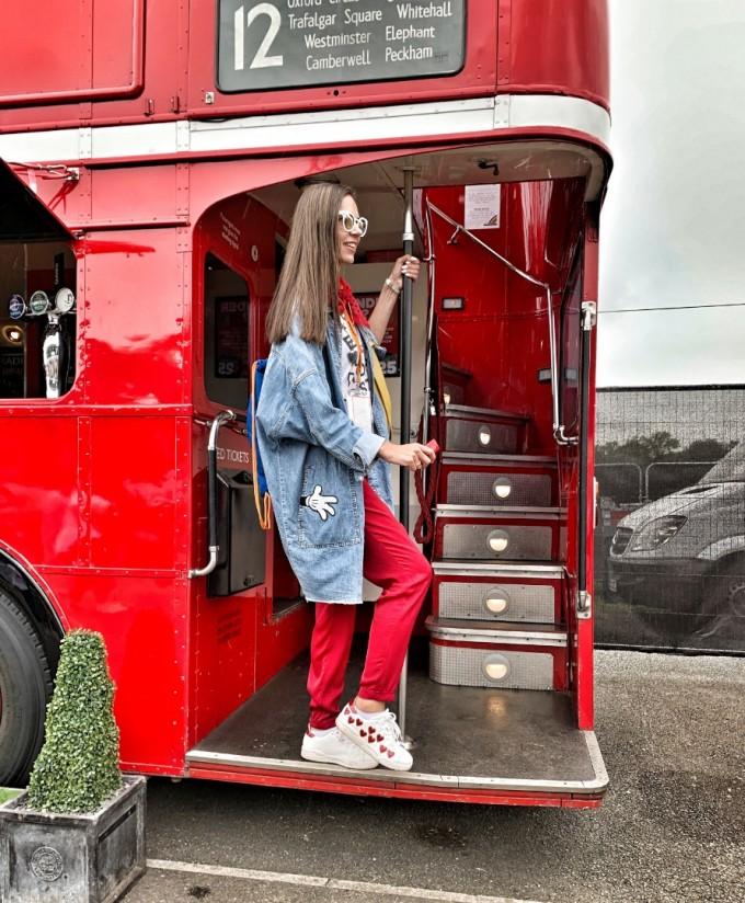 Лондонските автобуси край пистата Силвърстоун са превърнати в атрактивни бар-пространства.
