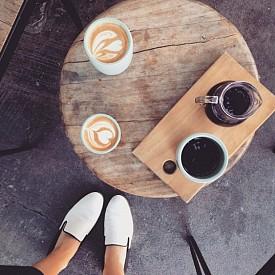ЕМИЛИ РАТАЙКОВСКИ / Една от най-сексапилните жени, които сме виждали напоследък сутрин пие черно кафе с пирожка от многолистно тесто и захар.
