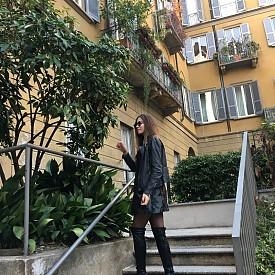4. Brera. Кварталът Брера е сред любимите ми места в Милано. Малки тесни улички, ресторантчета, кафета, галерии и магазини създават една страхотна и много арт атмосфера. Тук се намират изумителни винтидж магазини, събрали в себе си красотите на висшата мода – от шалове на Gucci до шлифери на Prada. Другото ми любимо място там е една малка книжарница, пълна с всякакви нужни и ненужни джунджурийки. А ако решите да хапнете в някой от ресторантите в Брера, заложете на паста с морски дарове. Също е редно да споделя, че именно в Брера си правя най-много снимки!