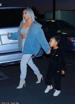 Ким Кардашян изцяло в синьо