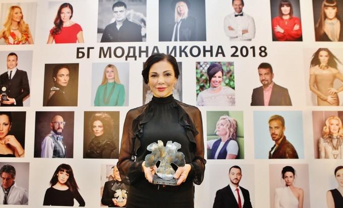 "Юлияна Дончева получи приза ""БГ модна икона"" в категория ""Бизнес""."
