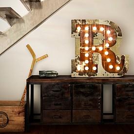 Пространството под стълбите не бива да остава неупотребено. Дали ще са шкафове или просто бюро, възползвайте се! Идеята е на DelightFULL (www.delightfull.eu).