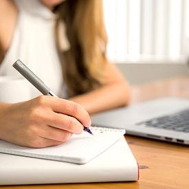 СОРТИРАЙТЕ ПО ВАЖНОСТ: След отпуск списъкът със задачи често е безкраен. Дори да имате енергията да започнете да ги отмятате една по една, вероятността до края на деня да забравите, че тъкмо сте почивали, е огромна. Вместо това, приоритизирайте нещата – за деня, за седмицата, за месеца.  Разбийте тези цели на малки, изпълними стъпки. Същото важи и за непрочетените имейли. Сортирайте ги по спешност в отделни папки или с помощта на системата с флагове (в Outlook) или звездички и етикети (в Gmail) и ги синхронизирайте с календара си, като им зададете крайни срокове за отговор/изпълнение.