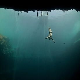 СВОБОДНО ГМУРКАНЕ /  Даан Верхоевен е холандски водолаз и подводен фотограф, който се гмурка на 40 метра дълбочина и прави снимки на места, където водата няма почти никакво движение.