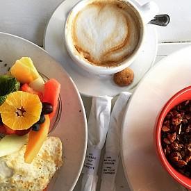 """НИНА АГДАЛ / Момичето на Леонардо ди Каприо всяка сутрин изпива бутилка минерална вода и чаша кафе. """"Ако сутрин ми предстои работа, закусвам омлет, а през уикенда – кисело мляко."""""""