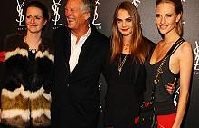 Кара Делевин с баща си и сестрите си Попи и Клои