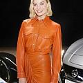 Марго Роби в оранжев total look в Калифорния