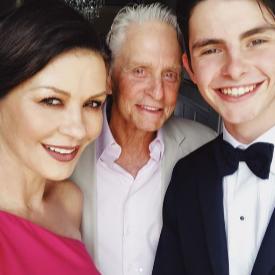 Синът на Катрин Зита-Джоунс и Майкъл Дъглас е абитуриент