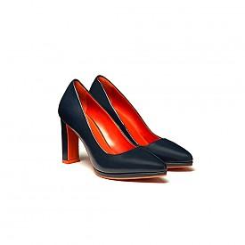 Обувки в синьо и оранжево от Benetton ще допълнят перфектно визията ви с бяла риза и пола с апликации в оранжево.