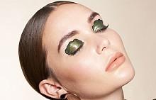 Можете да пресъздадете този триизмерен ефект на клепачите или като използвате кремообразни сенки за очи, или като първо върху клепача нанесете безцветен глос за устни, а след това и няколко нюанса сенки.