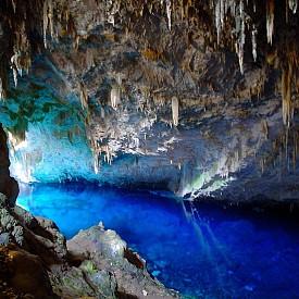 GRUTA DE LOGO AZUL /  Пещерата на синьото езеро е доказателство за това колко неповторимо прекрасна може да бъде природата. Цялата пещера е изпълнена с кристално синя вода, която блести всеки път, когато я огрява слънчевата светлина. Благодарение на чистотата на водата, изглежда много плитко, а в действителност е много дълбоко. Езерото е с дълбочина почти 300 метра.