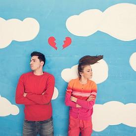 6. КАК СЕ СЪРДИМ: Справянето с гнева е нещо, което по принцип се учи в ранна възраст и ако някой от двамата е израснал в проблемно семейство, вероятно връзката ви също ще е белязана от последствията. А те могат да включват пасивна агресивност, постоянна отбранителност и т.н. Да можеш да говориш за наранените си чувства и да поправяш емоционалните щети е може би най-ключовото умение в една дълготрайна връзка.