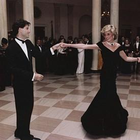 Един от най-знаменитите тоалети на лейди Даяна от приема в Белия дом, по време на танца ѝ с Джон Траволта е продадена на търг през 2013 г. за  240 000 лири.