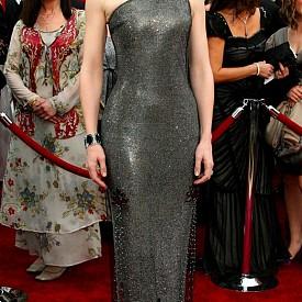 """Някои от най-скъпите тоалети са от церемониите за наградите Оскар. Първото място е за роклята на Armani Prive в цвят металик, в която Кейт Бланшет бе облечена през 2007 г. Тя  е оценена на """"скромната"""" сума 200 000 долара"""