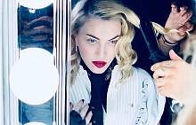 Мадона показва как се прави шпагат