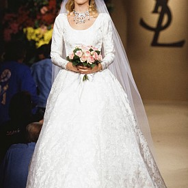 Шоуто за есен-зима 1996/97 е закрита от Клаудия Шифър. През този сезон дизайнерът предлага на урбанистичен вариант на булчинската рокля с черна шапка с тюл допълнена от класическа рокля. Този модел стана въплъщение на френския шик.