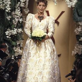 В продължение на много години булките на Сен Лоран се отличават с ефектни бижута. За първи такъв стейтмънт аксесоар се появяви през 1994 година. Огърлицата под формата на сърце с цветни камъни допълва роклята със златисти цветя.