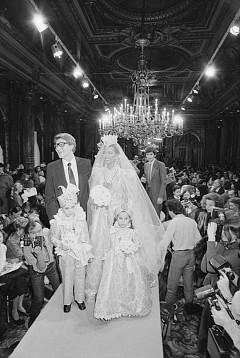 Африка, Мароко и Русия служат като постоянен източник на вдъхновение за френския дизайнер. Понякога той се обръща и към Индия за допълнителни идеи. Едно от доказателствата за това е роклята на булката от пролетнo-лятна колекция от 1982 г.