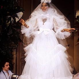 Незабравимо e финалнoто дефиле за Haute couture пролет-лято 1983 година. Сватбенатa рокля e изработена от десетки слоеве тюл.