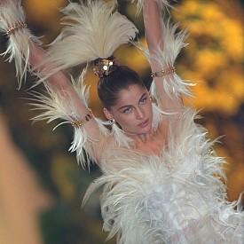 Сезонът е пролет-лято на 2000 г. и отново виждаме Летисия Каста, но този път тя се е превъплътила от горска богиня в птица-феникс във възхитителна рокля от тюл с пера.