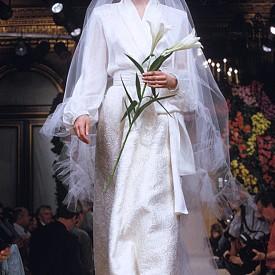 """Копринената риза, изрязана като кимоно, и брокатната пола в колекцията от 1993 година станаха почти символ на """"новия минимализъм"""" на YSL. Една проста формула за успех днес е умело приложенa от стотици булки."""