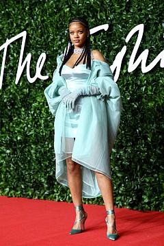 Риана по време на British Fashion Awards