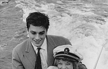 """Италия лепва като ръкавица на австрийската актриса Роми Шнайдер и нейните италиански корени по бащина линия. Доказва го и изборът на място за годежа ѝ с Ален Делон – имението на родителите й край езерото Лугано. След тържеството Роми и Ален обикалят с лодка из водите му, 1959 г. Години по-късно, вече разделени, Италия отново ги събира за кратко, докато двамата снимат филма """"Басейнът"""", 1968 г."""