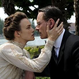 """В """"Опасен метод"""" Майкъл Фасбендер играе Карл Юнг, който започва извънбрачна връзка, наситена с игра на доминиране и подчинение, със своя пациентка (в ролята: Кийра Найтли)"""