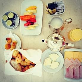 АДРИАНА ЛИМА / В обикновени дни Адриана закусва с овесена каша и стафиди, а към кафето си добавя мляко. Понякога ги сменя с мляко с мед. Да се отпусне Лима си позволява само когато е на пътуване – тогава започва деня си с кроасан с шунка и сирене.