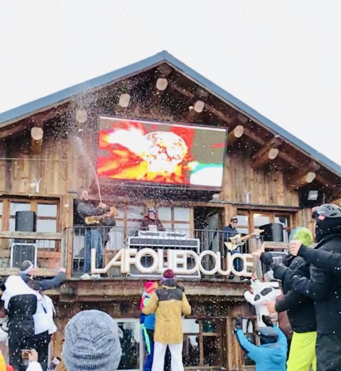 Ледените душове с шампанско на апре-ски партито във Вал Торенс