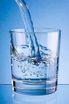 ЗАПОЧНЕТЕ С ВОДАТА ОЩЕ ОТ СУТРИНТА  Повечето хора вероятно имат сутрешни ритуали, но моят е малко по-строг. Първото нещо, което правя сутрин, веднага след като се събудя, е да изпия чаша вода със стайна температура. 8 часа сън и тялото има нужда от спешна хидратация, за да започне да функционира оптимално. Важно е да бъде със стайна температура. Когато пиете студена вода, тялото  трябва да изпрати по-голямо количество кръв към храносмилателната система, за да я загрее до необходимата температура. Този процес има полза, когато искате да отслабнете и да изгорите няколко допълнителни калории, но също така забавя храносмилателния процес и отклонява кръвта от мускулите.
