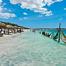 """JIJOCA DE JERICOACOARA /  Това е друг красив плаж, с който бразилците се гордеят. Думата """"жерикоакоара"""" идва от езика на Тупите и означава"""" къща на костенурки"""". Селото е малко, атмосферата е тиха и спокойна, прекрасно място е за уиндсърф."""