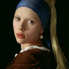 """8. ДЪЛГИ МИГЛИ: Ренесансовите времена затруднявали дамите и с още един еталон за красота, който ясно личи от картините на Вермер – обезкосменото лице. Да имаш вежди и мигли било символ на прекалена сексуалност, затова жените бръснели и тях. Какво ли биха казали, ако можеха да видят Кара Делевин?! На снимката: Скарлет Йохансон в """"Момичето с перлената обеца"""" – екранизация, вдъхновена от едноименната картина на Вермер."""
