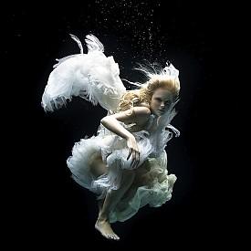 АНГЕЛ /  Зена Холоуей е подводен фотограф, който улавя много специфични моменти в кадрите си. Зена работи за много спортни марки, които снимат екстремните си рекламни кампании под вода.