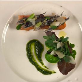 Брускети с маринован лефер, босилек и салати от шеф Жак Роланси