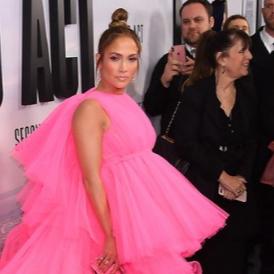 Дженифър Лопес се появи в гитантска рокля на Giambattista Valli
