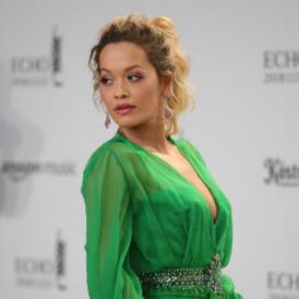 Рита Ора в рокля на Versace