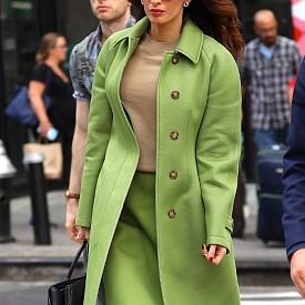 Амал Клуни в перфектнoто зелено на Burrbery