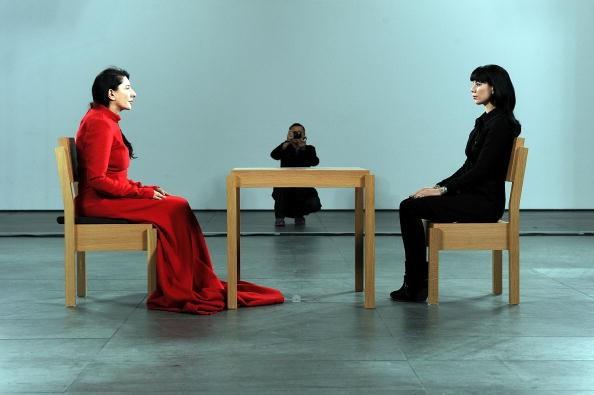 """По време на пърформанса """"The Artist Is Present"""" в Музея за съвременно изкуство в Ню Йорк."""