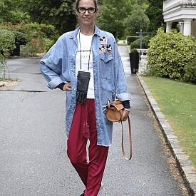 "Мария Георгиева, главен редактор, България, дънкова риза Zara, клъч ""ръкавица"" H&M x Maison Martin Margiela, панталон Conscious H&M, чанта Vintage, маратонки adidas, очила Prada"