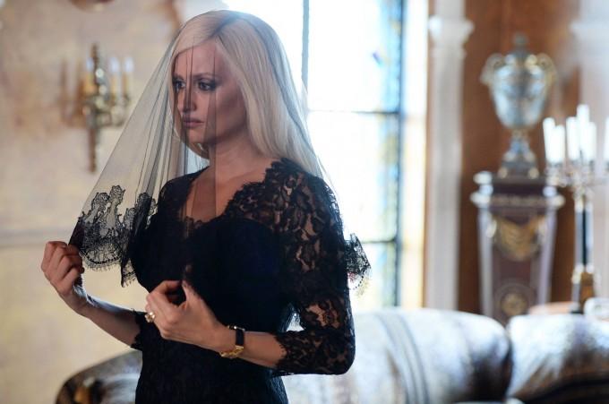 Пенелопе Крус като скърбящата Донатела Версаче в...