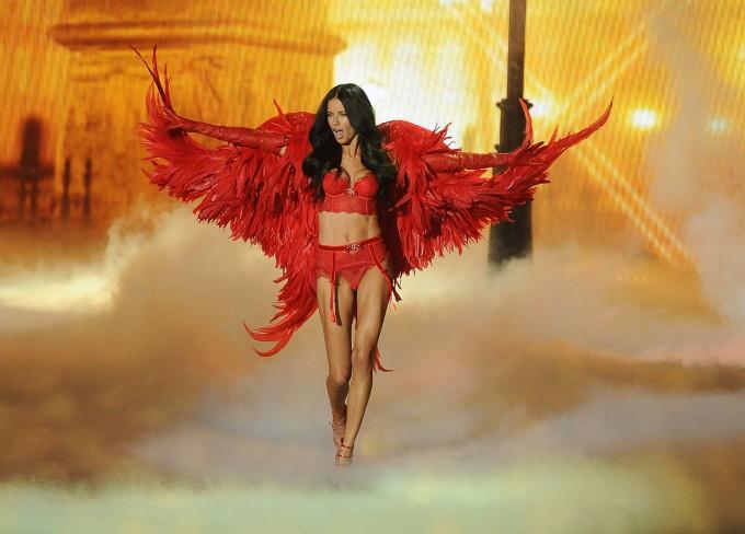 Адриана Лима в ревю на Victoria's Secret, 2013