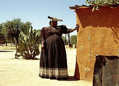 ПИЩНИ ЖЕНИ / В течение на много години пищните жени са били считани за еталон за красота. Но 20-ти век внесъл своите корективи, като наложи моделите Туиги и Кейт Мос за нов еталон за красота – едва 50 кг. телесно тегло. Но до днес в Мавритания слабите жени нямат шанс да се омъжат. Родителите на твърде слабите момичета ги хранят по специален режим, за да могат, достигайки възрастта за омъжване, да са вече пищни и да се харесват на бъдещите си съпрузи. Важното е да имат по няколко гънки на корема.