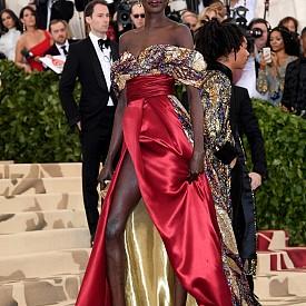 Моделът и активист Алек Уек бе облечена с драпирана, флуидна рокля, вдъхновена от католически мозайки. Дългият шлейф в сребристи и скъпоценни тонове бе украсен с декоративна рисунка от мъниста и пайети. Мозаичната шарка също присъстваше върху бюстието с голи рамене, което контрастираше с талията и полата от тъмночервена двойна коприна със златиста подплата и дълга цепка в предната част.