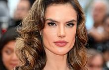 Алесандра Амброзио в секси рокля на червения килим в Кан