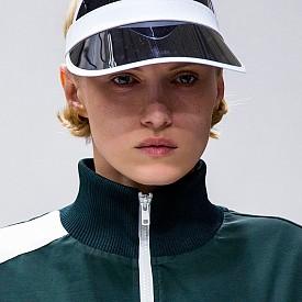 Тенис шапката е страхотен аксесоар, който не само ще ви предпази от слънцето, ако тренирате навън, но и ще прибере косата, така че да не ви пречи. Вдъхновихме се от Alexstorm.