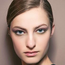 Коса: Следвайте линията на ненатоварващия стил, като приберете косата на ниска опашка.