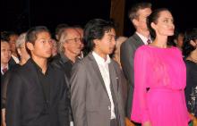 Анджелина Джоли направи фурор с розовата си рокля в Камбоджа
