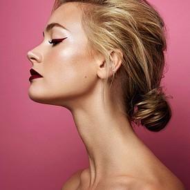 Матираните цветове са особено актуални този сезон. Няма да сгрешите, ако изберете котешка очна линия и червило с такава текстура. ELLE съвет: Тъй като за тази очна линия ще ви трябва изключителна прецизност, можете да използвате шаблоните за котешко око, които се предлагат в повечето козметични магазини. Прическата с ниско кокче на тила пък можете да постигнете, като завиете косата и фиксирате с фиби. Нека пътят е страничен.