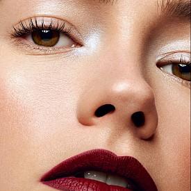 """Акцентирайте на устните, като ги """"оцветите"""" в тъмно червено матово червило. На очите нанесете само малко бляскави сенки и спирала. ELLE съвет: Преди да нанесете червилото, очертайте устните с молив в същия нюанс."""